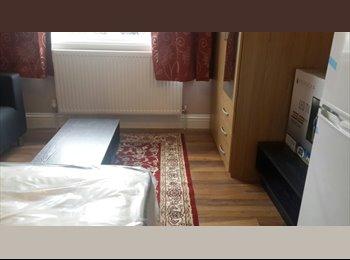 EasyRoommate UK - Large Fabulous Double Room for Single Occupancy/ Working people, Feltham - £530 pcm