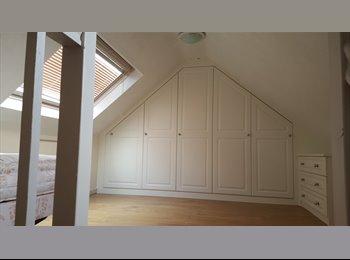 EasyRoommate UK - Loft room for professional female , Feltham - £625 pcm