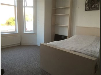 EasyRoommate UK - Big and Beautiful Ensuite Room, Salford - £350 pcm