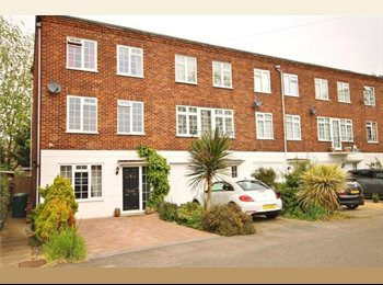 EasyRoommate UK - Single room in newly refurbished modern home, Walton-on-Thames - £425 pcm