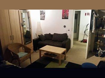 EasyWG DE - 2 Zimmer in 3er WG frei , Stuttgart - 300 € pm
