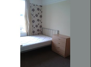 EasyRoommate UK - Must see! Nice Double Room in a clean house, Bagshot - £310 pcm