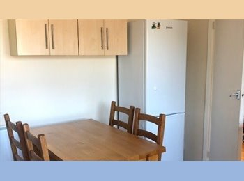 EasyRoommate UK - Double & single room avail 14th July in 4-bed house, Guildford Uni/hospital, Guildford - £510 pcm