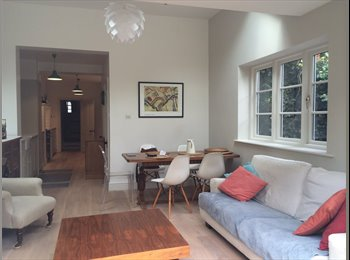 EasyRoommate UK - Great location and renovated house share, Donnington - £860 pcm
