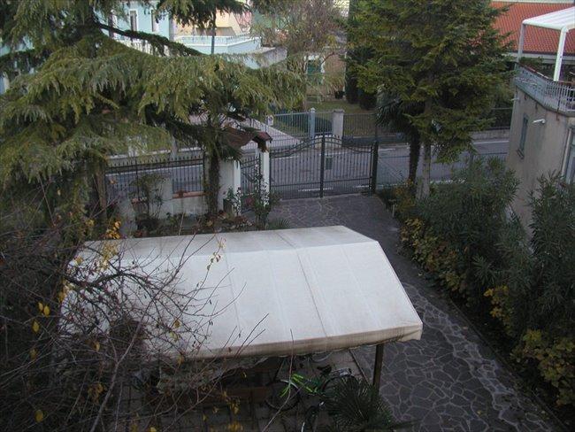 Stanze e Posti Letto in Affitto - Rimini - grande appartamento libero   EasyStanza - Image 1