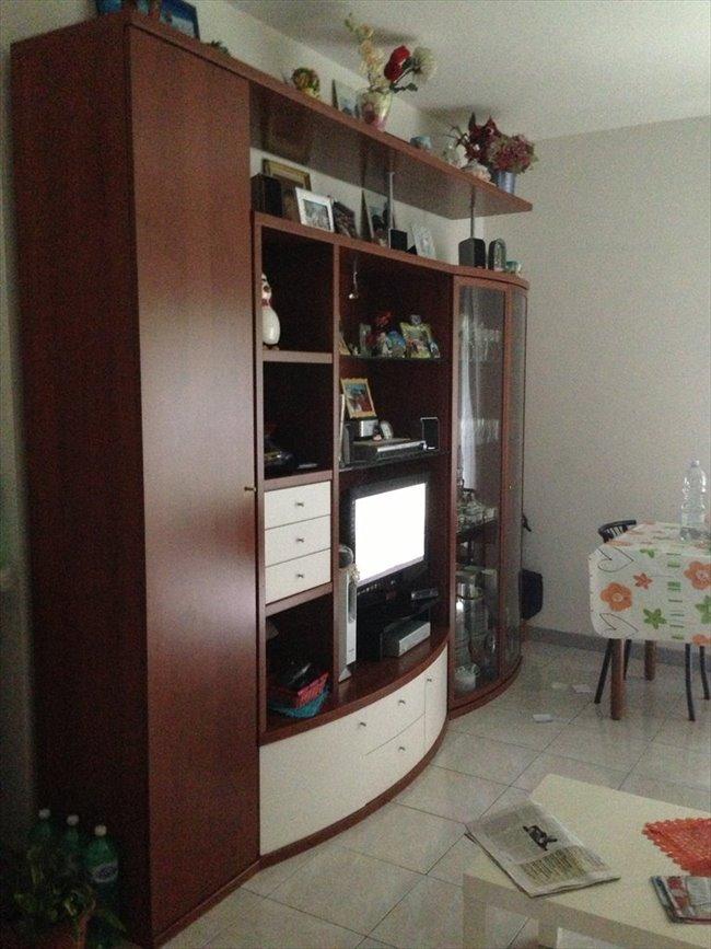 Stanze e posti letto in affitto cesano boscone stanza for Stanza per ragazze
