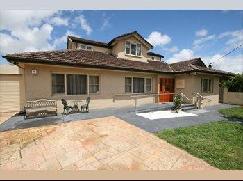 EasyRoommate AU - Accommodation 8km from Melb CBD walk to pub transp, Collingwood - $360 pw