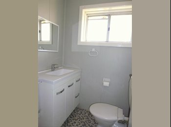 EasyRoommate AU - Beach and Cafe Lovers little home :), Hamilton - $200 pw