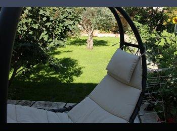 Appartager FR - Chambre et salle de bain  dans maison avec jardin potager  proche gare, Nîmes - 450 € /Mois