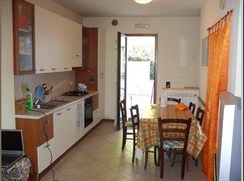 EasyStanza IT - Luminosa stanza zona centrale ma tranquilla, Pistoia - € 330 al mese