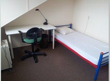 EasyKamer NL - Gemeubileerde zolderkamer met gez. faciliteiten, Zoetermeer - € 310 p.m.