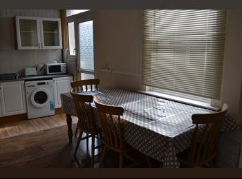 EasyRoommate UK - Large double room, Home Park - £350 pcm