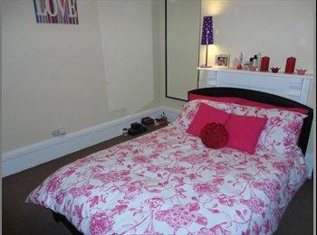 EasyRoommate UK - Triple size room, Bagshot - £325 pcm