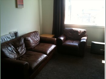 EasyRoommate UK - Short summer let available, Great double room in west end flatshare, Partick - £375 pcm