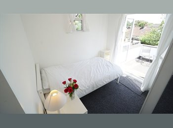 EasyRoommate UK - Large Bright Double Room in Luxury House, Norcot - £425 pcm