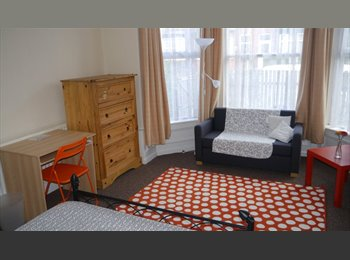 EasyRoommate UK - 3 ensuit rooms of various sizes left free AUGUST/SEPT , Potternewton - £400 pcm