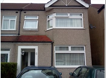 EasyRoommate UK - Cosy single and double rooms near british rail station, Freezywater - £450 pcm