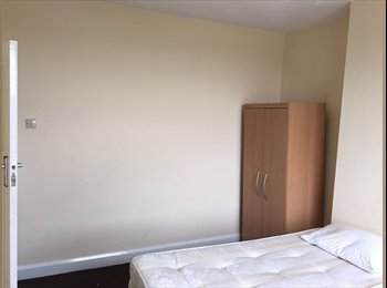 EasyRoommate UK - Large DoubleRoom - 1 Min Walk from Woodford Central Line, Woodford Green - £550 pcm