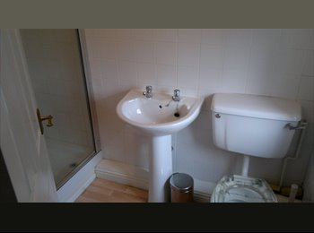 EasyRoommate UK - DOUBLE  ROOM WITH BATHROOM, Bootle - £300 pcm