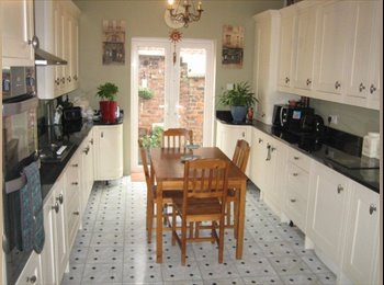 EasyRoommate UK - Pristine Room in a Superb House All bills incl;, Salford - £400 pcm