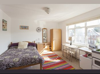 EasyRoommate UK - Fantastic large king size  ensuite bathroom in great house, Swaythling - £465 pcm