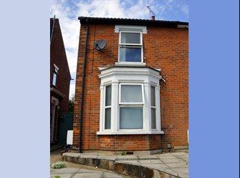 EasyRoommate UK - 2 bedroom in August one ensuite , Colchester - £425 pcm