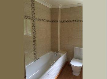 EasyRoommate UK - Large double bedroom with ensuite bathroom, Crawley - £550 pcm