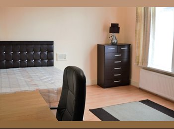 EasyRoommate UK - SPACIOUS HOUSE WITH LARGE ROOMS, Levenshulme - £296 pcm