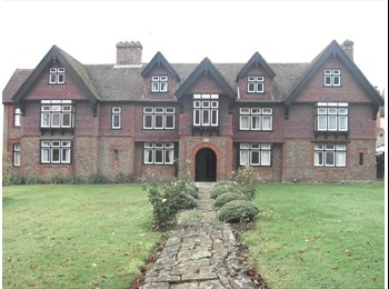 EasyRoommate UK - Four Double bedrooms in a Flat within a Country House , Maidstone - £350 pcm