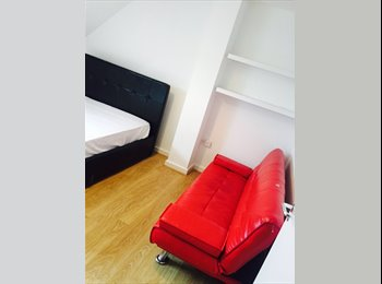 EasyRoommate UK - Double room available , Chessington - £500 pcm