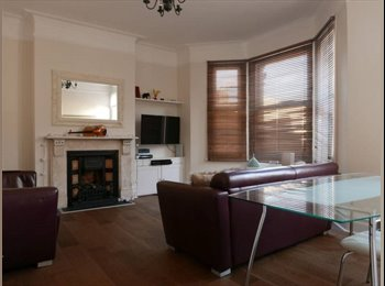 EasyRoommate UK - Beautifully decorated 3 bed flat, split on 3 floors. 1 bright & clean doube bedroom available, Battersea - £880 pcm