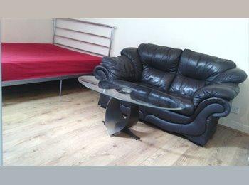 EasyRoommate UK - STYLISH ROOM, FANTASTIC LOCATION, Huddersfield - £411 pcm
