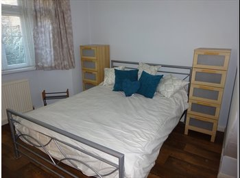 EasyRoommate UK - Double Bedroom in Quiet Cul De Sac close to Wycombe Town Centre, High Wycombe - £600 pcm