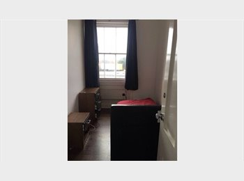 EasyRoommate UK - Large modern bedrooms close to Andover station , Andover - £400 pcm
