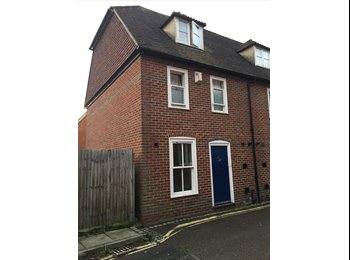EasyRoommate UK - STUDENTS ONLY - 5 Double Bedrooms Available!  , Canterbury - £346 pcm