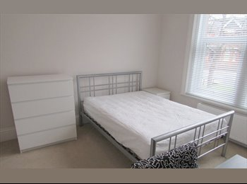 EasyRoommate UK - Lovely double room with ensuite available in professional houseshare - Poole Town Centre, Poole - £525 pcm