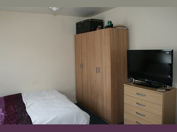 EasyRoommate UK - Double Room for rent in Dagenham Heathway, Becontree - £520 pcm