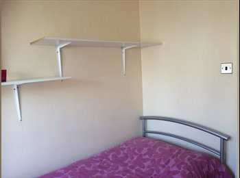 EasyRoommate UK - single room for rent, Barkingside - £320 pcm