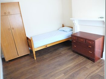 EasyRoommate UK - Six bed houseshare COUPLES WELCOME, Chatham - £320 pcm