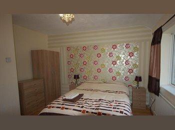 EasyRoommate UK - DELUXE LARGE DOUBLE BEDROOM, SALFORD.  LOW DEPOSIT., Daubhill - £425 pcm