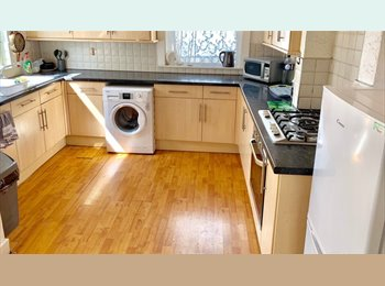 EasyRoommate UK - 2 Double Rm's and 1 Single in Angerstein Road from £380 PM , Portsmouth - £380 pcm