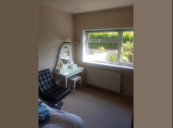 EasyRoommate UK - Detached house with double bedroom, Tadworth - £550 pcm
