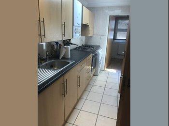 EasyRoommate UK - Room in 3 bedroom flat available , Inner Avenue - £368 pcm