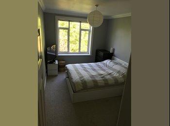 EasyRoommate UK - V Large Double ensuite spacious flat on beachfront, Bournemouth - £750 pcm