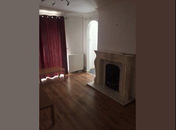 EasyRoommate UK - Tree lined quiet house in leafy chorlton close to barlow rd metrolink, Barlow Moor - £400 pcm