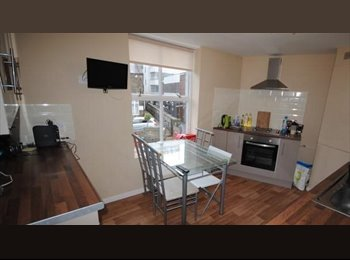 EasyRoommate UK - Short term let, centre of Headingley next to all amenities, 3 young professionals just finished uni, Headingley - £380 pcm