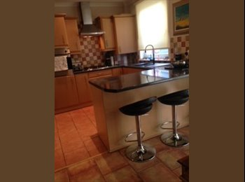 EasyRoommate UK - A modern and fresh double room in a semi-detached house., Knightswood - £350 pcm