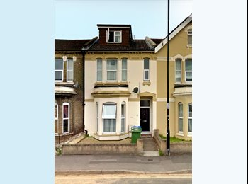 EasyRoommate UK - A single bedroom in a newly refurbished shared student house. , Inner Avenue - £403 pcm