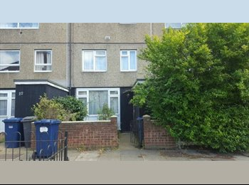 EasyRoommate UK - TWO ROOMS AVAILABLE IN A 2 BED FLAT £400 PCM PP, Totteridge - £400 pcm