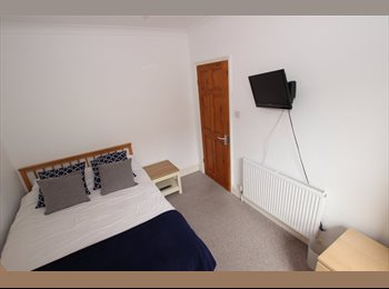 EasyRoommate UK - DOUBLE BEDROOM IN A SHARED HOUSE BY JUST 3 OCCUPANTS - AVAILABLE NOW, Reading - £550 pcm
